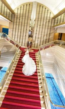 大階段は先輩花嫁さまに大人気な撮影スポットです