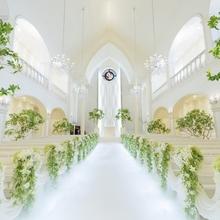 真っ白に輝くバージンロードの大聖堂