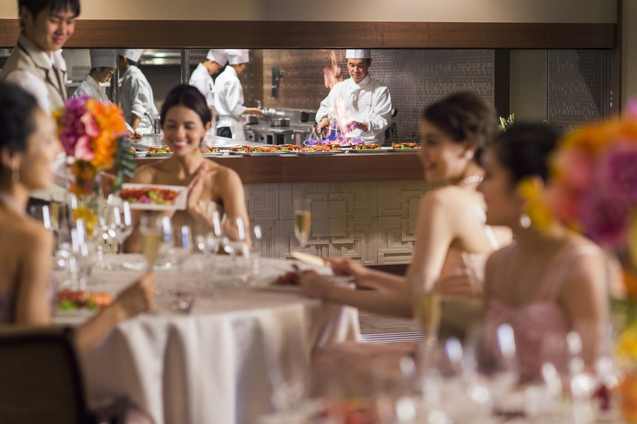 オープンキッチンと共に料理重視のパーティで最上のおもてなしを