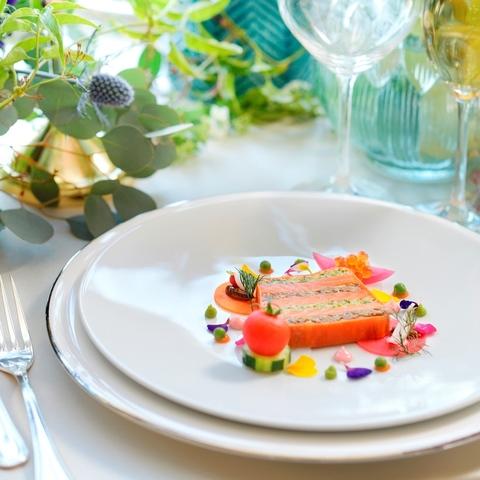 色使いが繊細なホテルクオリティの料理を結婚式でも