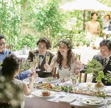 ご家族や大切な友人と緑豊かなテラスで解放的な披露宴