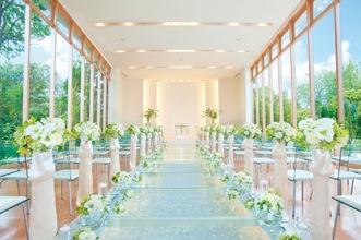 独立型教会で執り行われるプロシンガーによる音楽結婚式