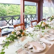 テラスで軽井沢の風と緑を感じながら会食を楽しむレストランW