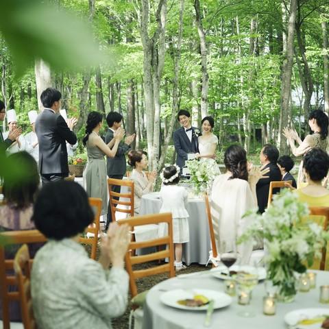 軽井沢らしい自然を感じながらのガーデンパーティは、非日常感たっぷり
