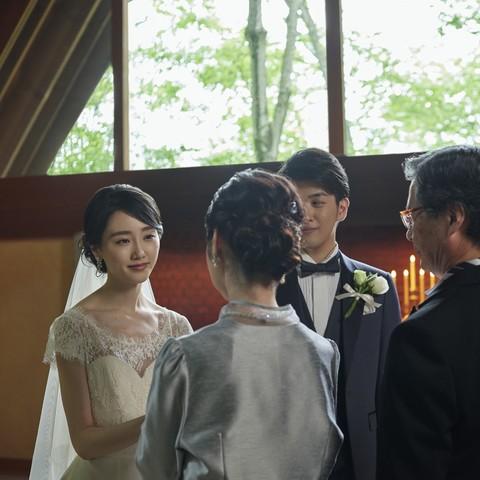 【軽井沢高原教会】挙式中、牧師からふたりの昇進へ温かなねぎらいの言葉が贈られると、思わず感謝の気持ちがこみ上げる