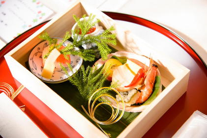 祝肴は豪華な木箱に盛りつけ