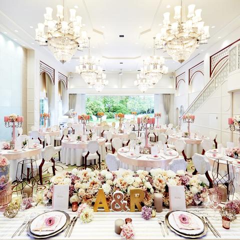 明るく開放的なパーティ会場にはオープンキッチンや大階段を備え、あらゆるパーティスタイルに対応