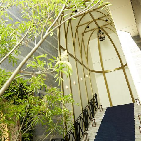 チャペルからつながる全天候型の大階段は、絶好のアフターセレモニースポット