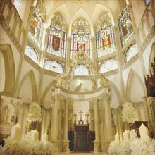 ステンドグラスから降りそそぐ光に花嫁の美しさが重なり合う