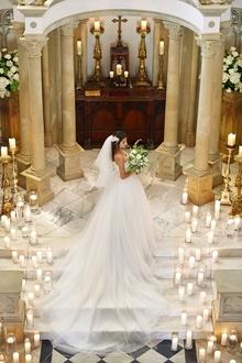 キャンドルの装飾が映える冬の大聖堂