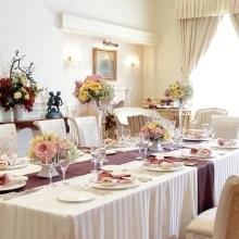 会食専用会場を完備。大きな窓から光が差込み、特別な時が流れる