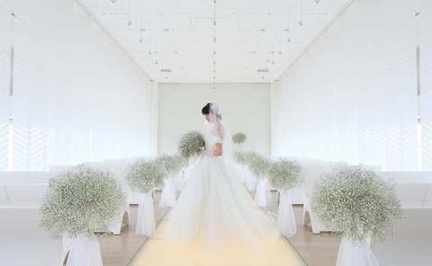 洗練された純白のチャペルは、清楚で品格あふれる花嫁にふさわしい空間