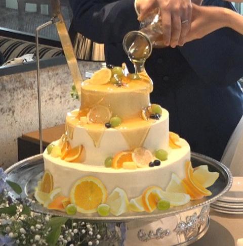 お二人でソースをかけて完成させるケーキです。