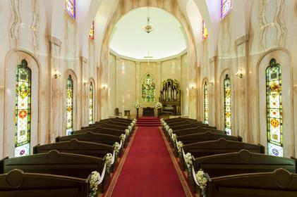 ステンドグラスが見守る永遠の誓い。憧れの大聖堂で夢を叶えて