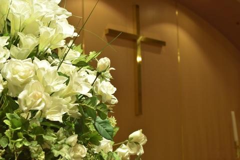 チャペルにお花を飾って頂くとより華やかになります。