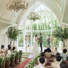 緑と光溢れる森の教会で感動的な挙式を