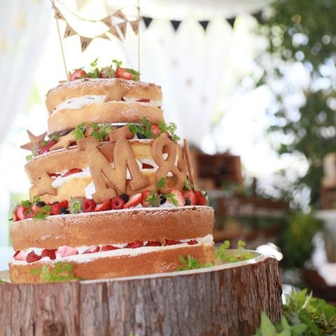 ナチュラルウエディングにぴったりのネイキッドケーキ