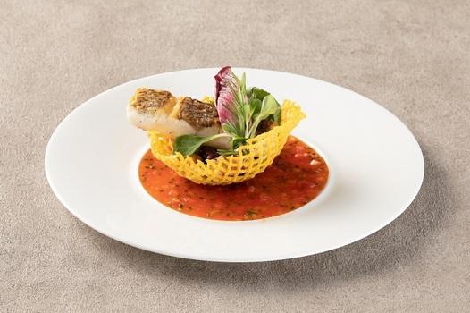 食べるソースでまとめられた上品で個性的な魚料理