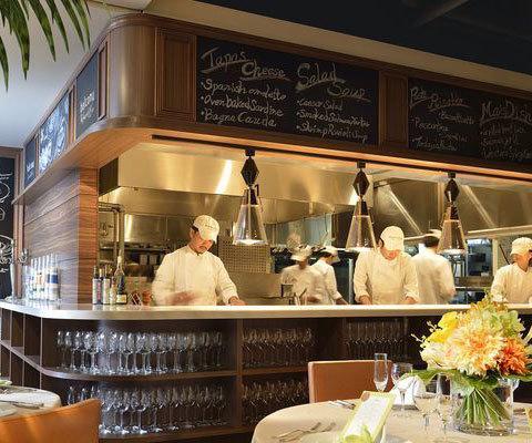 併設されるオープンキッチンから出来たてのお料理をサーブ!無料試食会でレストランの味をご体験ください!ご予約はフェアページからどうぞ♪