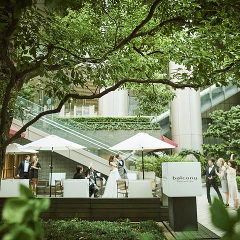 六本木一丁目駅直結。開放的な空間が人気の「バルコニーレストラン&バー」。会費制パーティなどお得なプランをご用意しております!