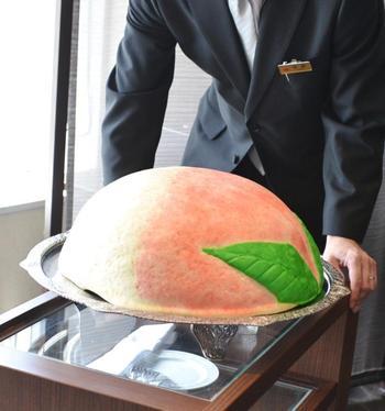 東天紅オリジナルの桃万の入場です