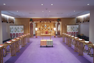 厳かな神殿と雅楽の生演奏が特徴