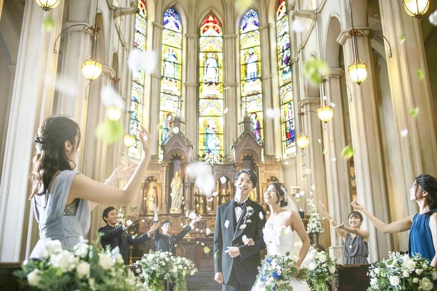 正面に広がるステンドグラスに映える最高の花嫁姿