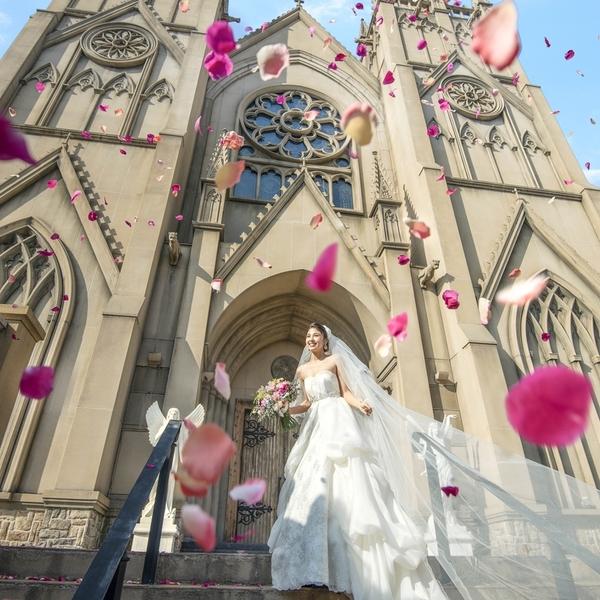 天空に聳えるツインタワーに素敵な花嫁を空撮!