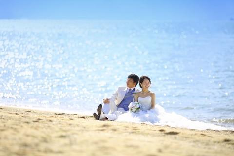 海辺に2人で座って。