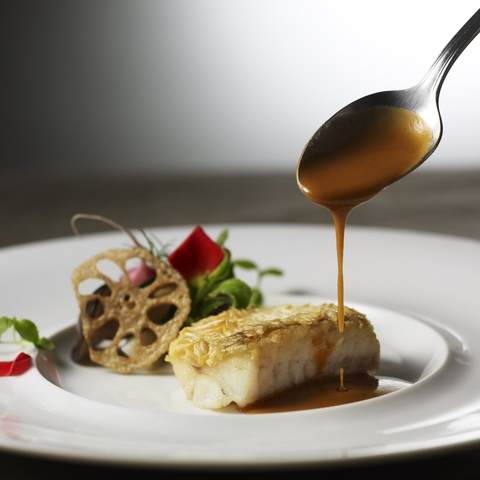 松笠に見立て焼き上げた鱗のサクサクとした食感をお楽しみ下さい