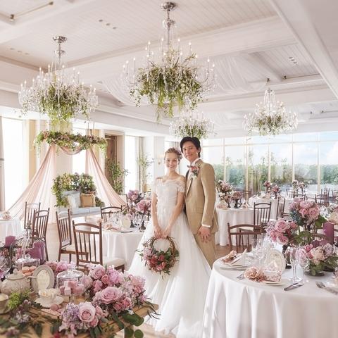 花の家を意味する『フィオーレ・カーサ』。白を基調とした明るい空間はふたりとゲストだけの貸切空間。肩肘張らない寛ぎのパーティを楽しんで